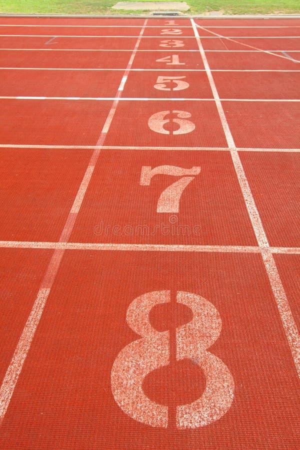 Vicoli correnti della pista per gli atleti fotografia stock libera da diritti