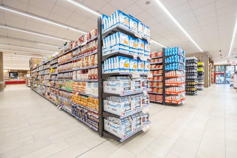 Vicoli degli scaffali con la navata laterale dei prodotti delle merci dentro un supermercato immagini stock libere da diritti