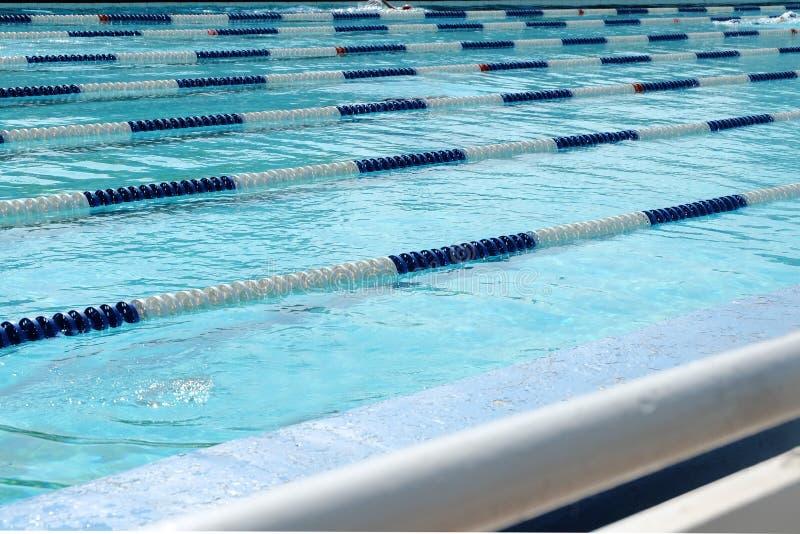 Vicoli della piscina sopra acqua trasparente blu-chiaro fotografie stock libere da diritti