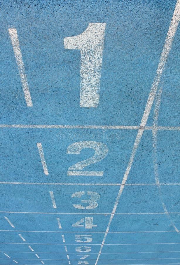 Vicoli di una pista di corsa blu dei numeri immagini stock libere da diritti