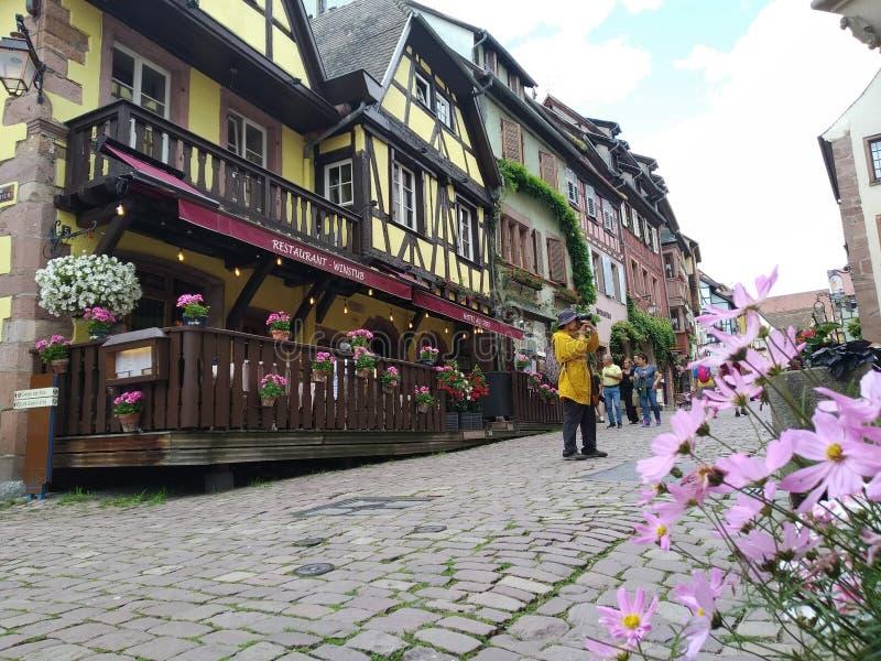 Vicoli pittoreschi di Riquewihr, Francia fotografia stock