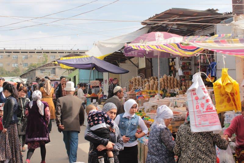 Vicolo ammucchiato nel bazar di Oš fotografie stock libere da diritti