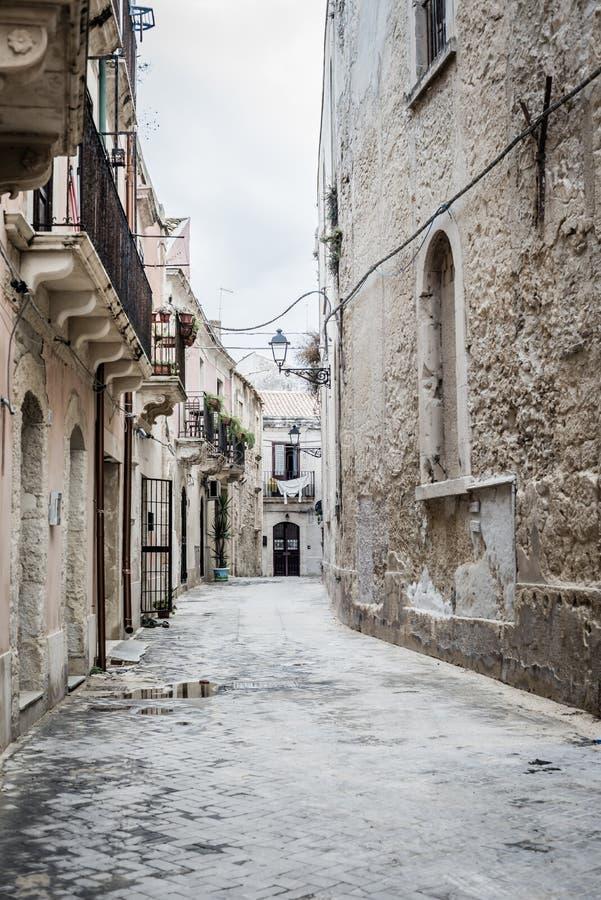 Vicolo antico nella vecchia città di Ortigia a Siracusa immagini stock libere da diritti