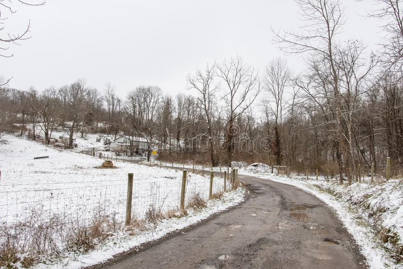 Vicolo del paese in Applachia rurale nell'inverno fotografia stock