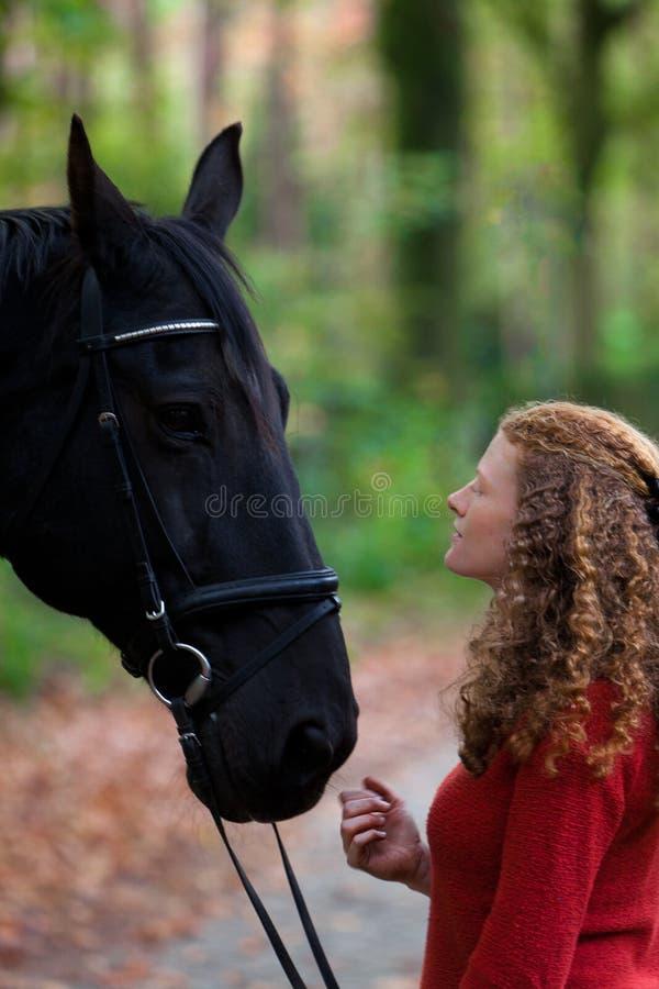 Vicolo del viale del cavallo dello stallone del nero della ragazza più forrest fotografia stock libera da diritti