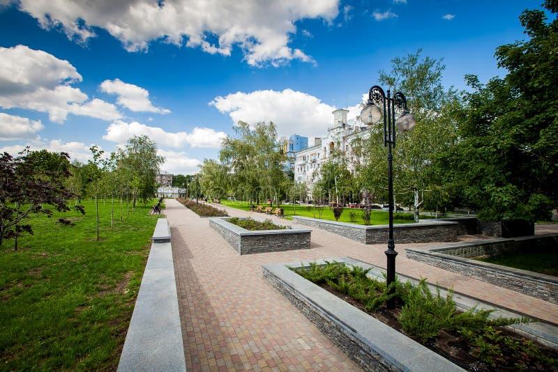 Vicolo della città con i letti di fiore ed i prati inglesi, realizzazione del territorio immagine stock libera da diritti