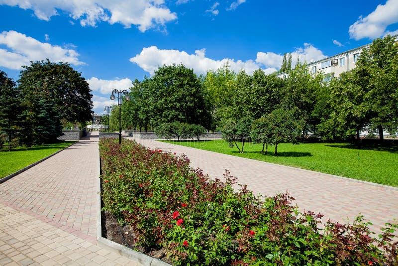 Vicolo della città con i letti di fiore ed i prati inglesi, realizzazione del territorio immagini stock