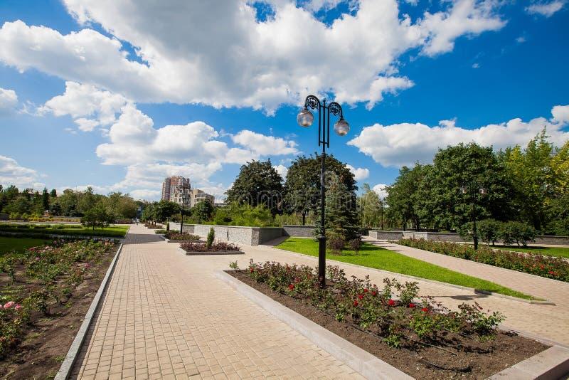 Vicolo della città con i letti di fiore ed i prati inglesi, realizzazione del territorio fotografia stock