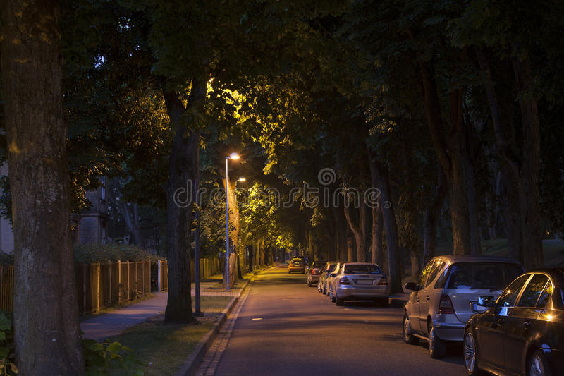 Vicolo della via calma alla notte scura tarda fotografia stock libera da diritti