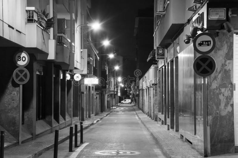 Vicolo della via calma nel bianco del nero di Barcellona immagine stock