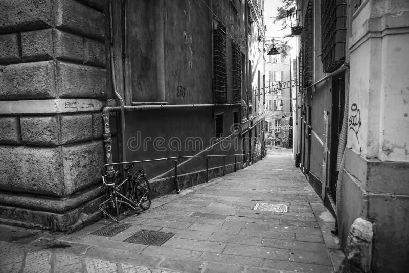 Vicolo di Genova con la bicicletta immagini stock