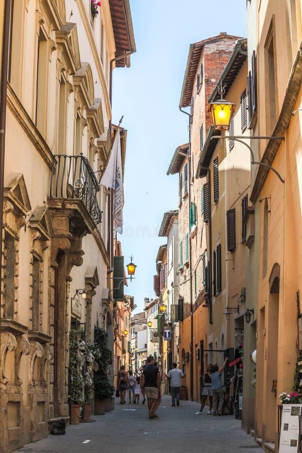 Vicolo di Montepulciano Toscana con i turisti immagini stock