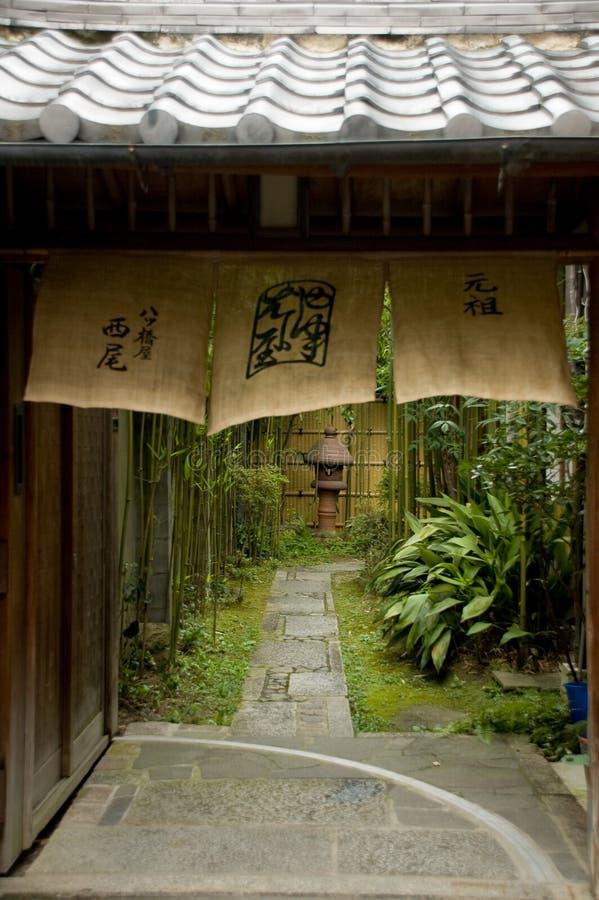 Vicolo e cortile giapponesi di Kyoto fotografia stock libera da diritti