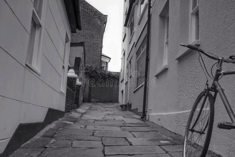 Vicolo e una bicicletta fotografia stock