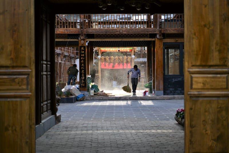 Vicolo e vie in vecchia città di Lijiang, il Yunnan, Cina con architettura del cinese tradizionale immagine stock