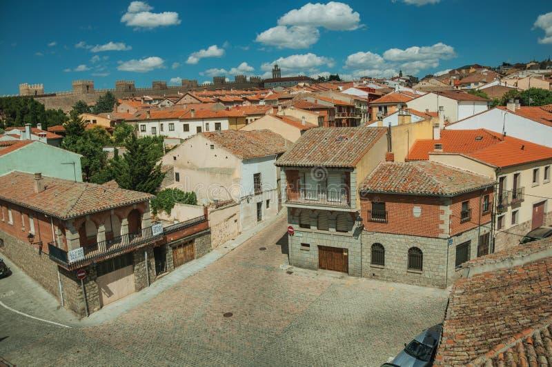 Vicolo fra le vecchie case e parete di pietra intorno alla città di Avila immagine stock libera da diritti