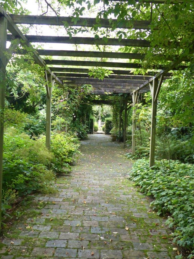 Vicolo int il giardino di Castillon con tutto il genere di piante in Normandia france fotografia stock libera da diritti