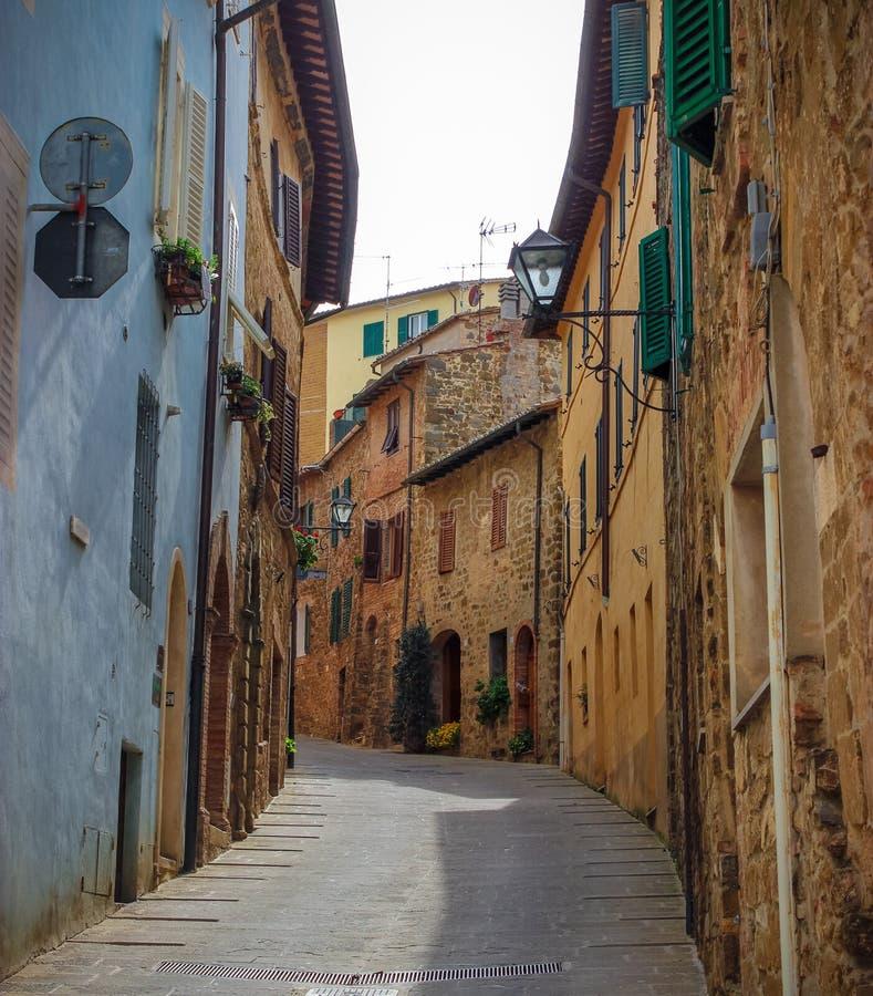 Vicolo medievale toscano della città dell'italiano immagini stock libere da diritti