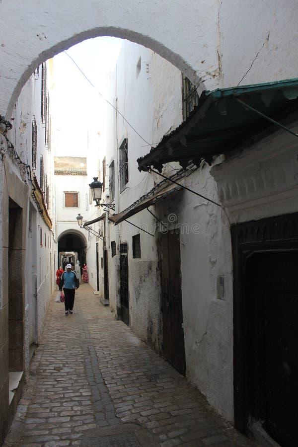 Vicolo nel Medina in Tetouan, città nel Marocco/Nord Africa, costruenti dal tramonto fotografia stock