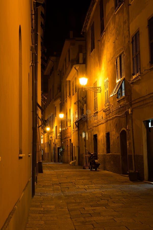 Vicolo nella città di Sestri Levante alla notte fotografia stock libera da diritti
