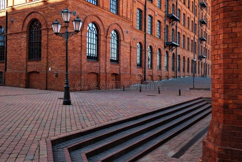 Vicolo nella nuova area residenziale costruita su terreni di vecchia e vecchia fabbrica, con edifici industriali in mattoni trasf fotografia stock libera da diritti
