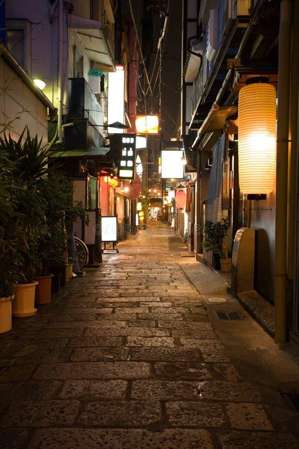 Vicolo. Osaka.Japan di notte. immagini stock