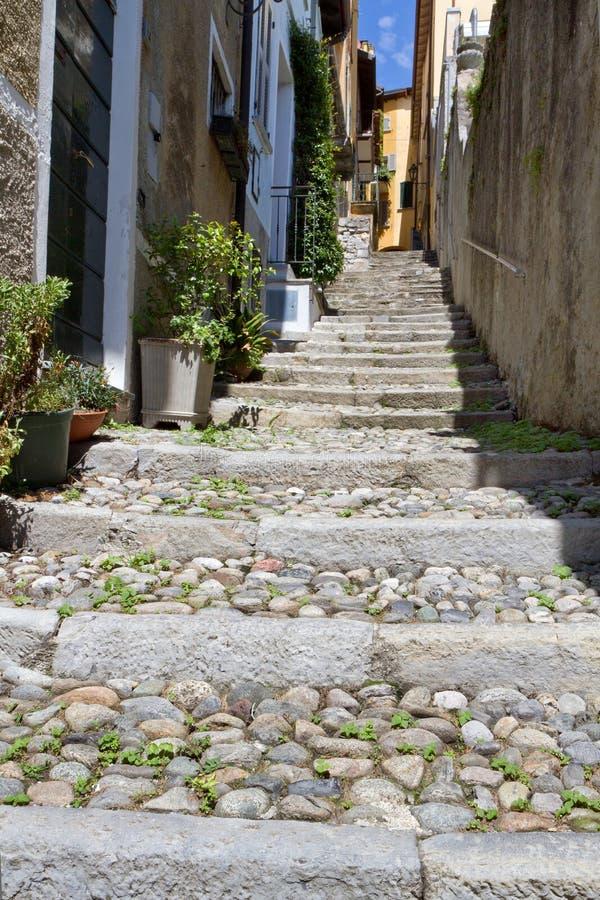 Vicolo pittoresco in un villaggio italiano fotografia stock libera da diritti
