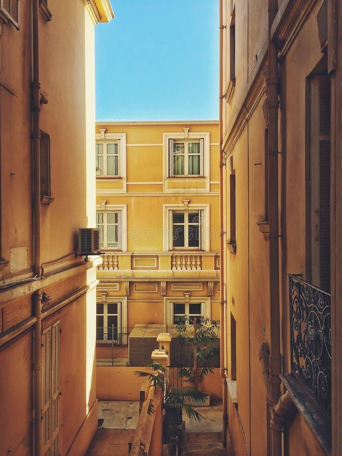 Vicolo posteriore sulle vie ` Azur del Monaco, Monte Carlo - di CÃ'te D fotografia stock libera da diritti