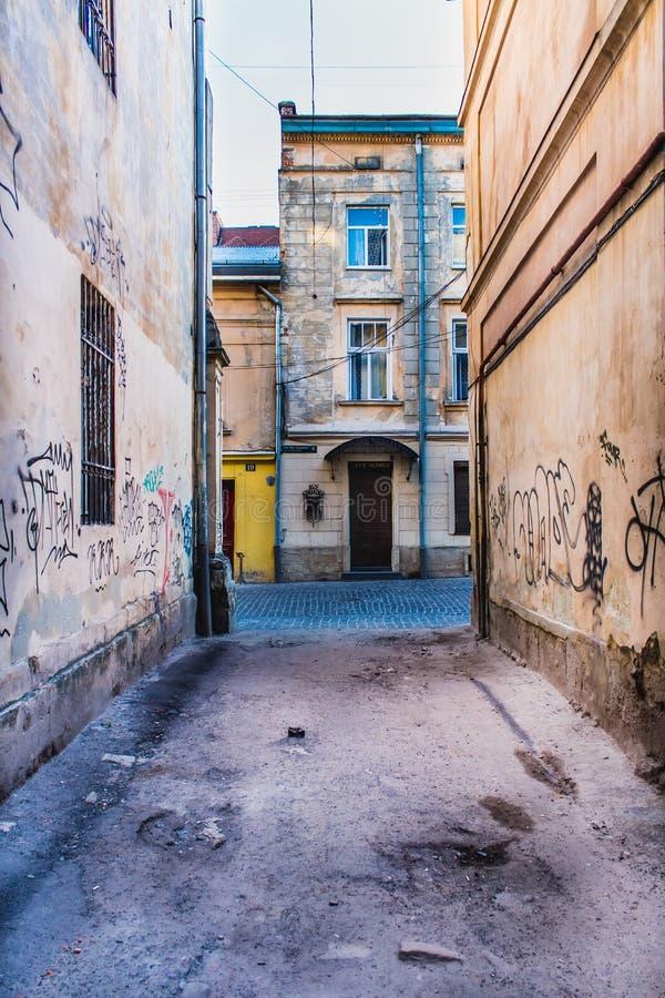 Vicolo sporco con i graffiti fotografie stock libere da diritti