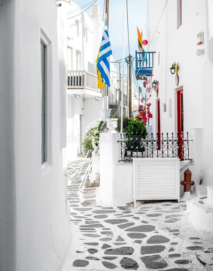 Vicolo stretto di vecchia città sull'isola di Mykonos immagini stock libere da diritti