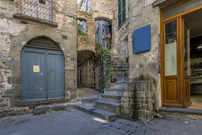 Vicolo tipico del villaggio antico di Corniglia, Cinque Terre, Liguria, Italia della sommità fotografia stock