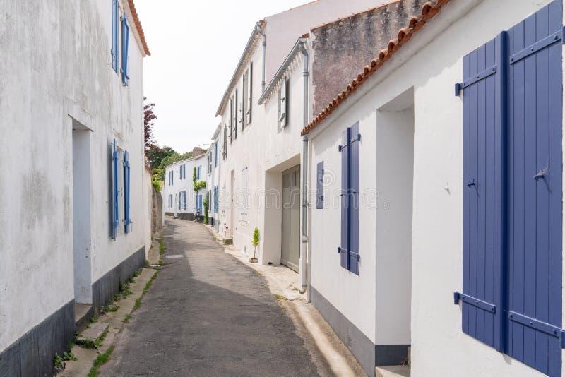 Vicolo tipico e case bianche nel centro di Noirmoutier Vendée Francia immagini stock libere da diritti