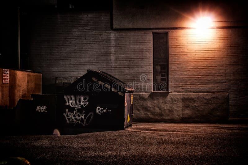 Vicolo urbano alla notte fotografia stock