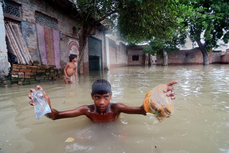 Victimes d'inondation image stock