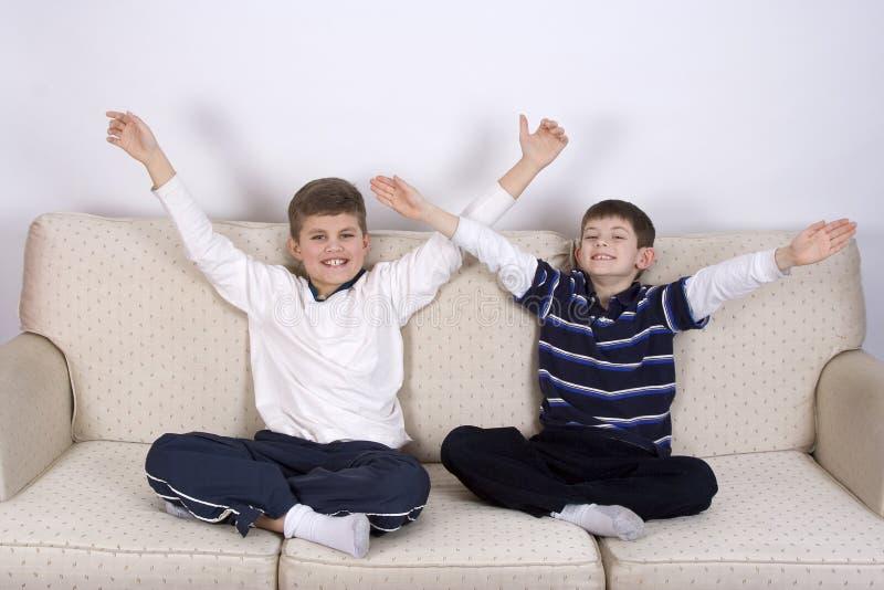 Victoire de deux Young Boys ! images stock
