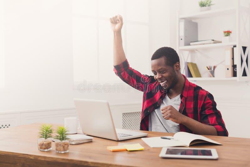Victoire heureuse d'homme d'affaires Gagnant, homme de couleur dans le bureau images stock