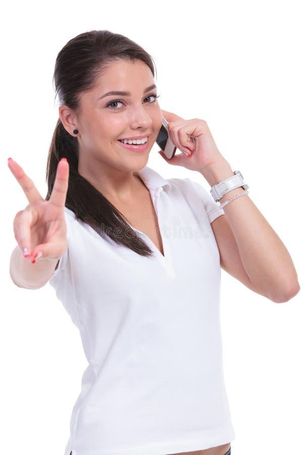 Victoire occasionnelle de femme au téléphone photographie stock libre de droits