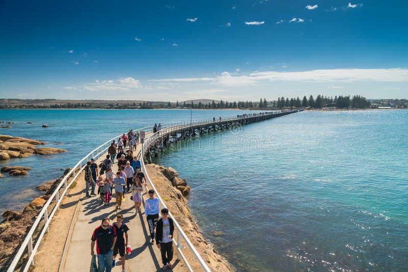 Victor Harbor-Fußbrücke mit Leuten lizenzfreie stockfotografie