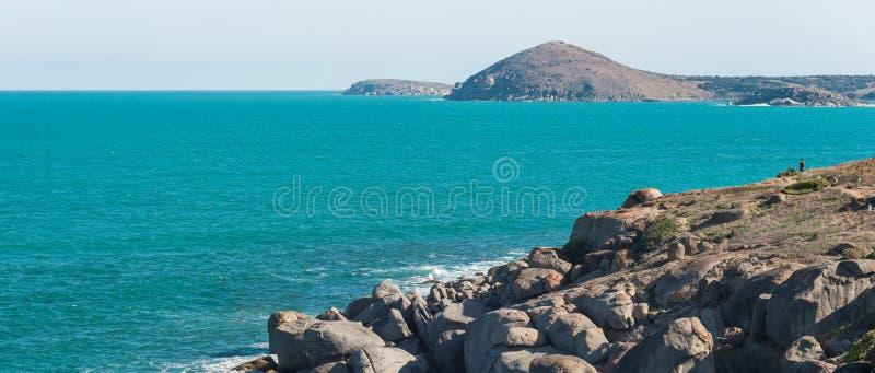 Victor Harbor, Granit-Insel und ein Mann lizenzfreie stockfotos
