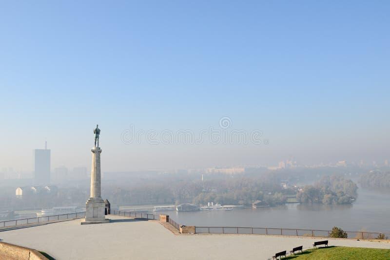 Victor Monument bortser från Novi Beograd Kalemegdan, Belgrad, Serbien royaltyfria bilder