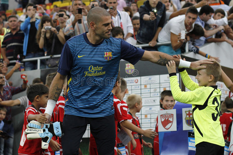 Victor Valdes mit jungen Fußballspielern lizenzfreie stockfotografie