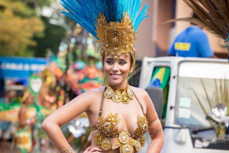 """VICTORIA, †de SEYCHELLES """"26 de abril de 2014: Bailarín brasileño de la samba imagen de archivo"""
