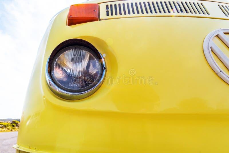 VICTORIA, AUSTRALIEN - 30. OKTOBER 2018: Gelber Retro- Volkswagen-Packwagen auf der Straße Nahaufnahme lizenzfreie stockfotos
