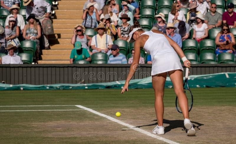 Victoria Azarenka, welche die gemischten Doppeln abschließend auf Mittegericht, Wimbledon spielt lizenzfreies stockfoto