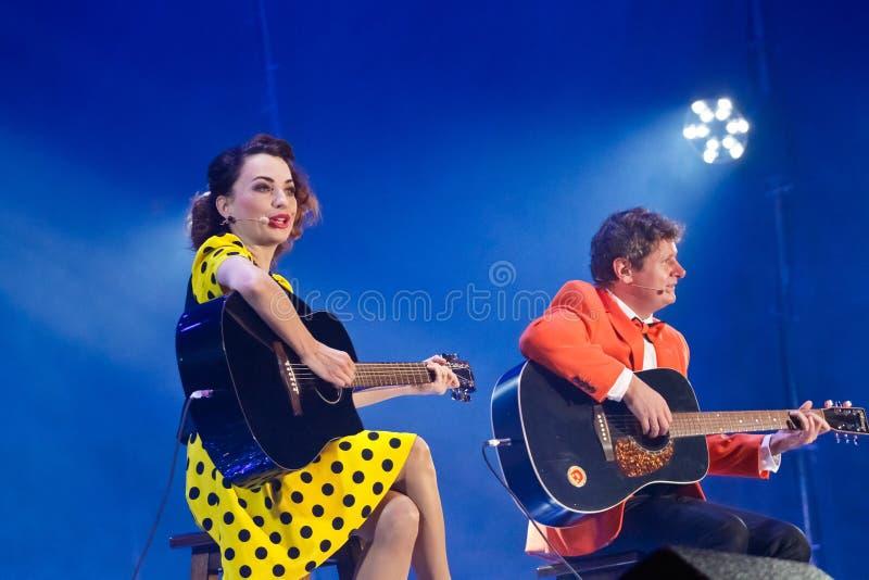 Victoria Bulitko, Yevgeniy Smorigin, actoren van Dizel toont, speelt gitaren, zingt, Vinnytsia-Stadsdag, de Oekraïne, 08 09 2017, stock foto