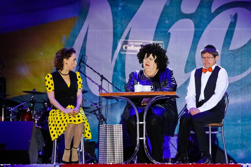 Victoria Bulitko, Yevgeniy Smorigin, Maryna Poplavska, exposition de Dizel, jour de ville de Vinnytsia, Ukraine, 08 09 2017, phot image libre de droits