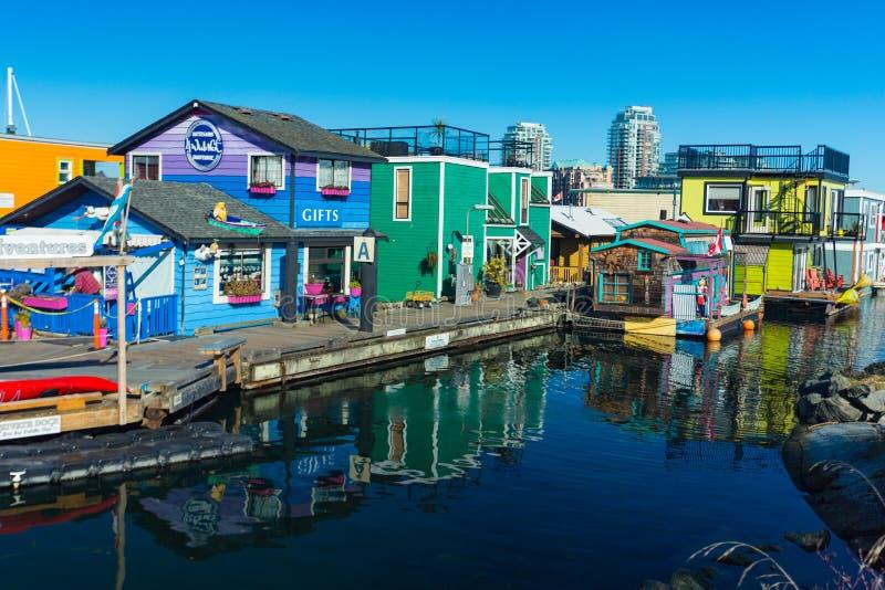 VICTORIA F. KR. KANADA FEBRUARI 12, 2019: Victoria Inner Harbour fiskaren Wharf är ett gömt skattområde Med färgrika sväva hem royaltyfri foto