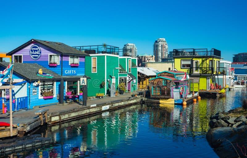 VICTORIA F. KR. KANADA FEBRUARI 12, 2019: Victoria Inner Harbour fiskaren Wharf är ett gömt skattområde Med färgrika sväva hem royaltyfri bild