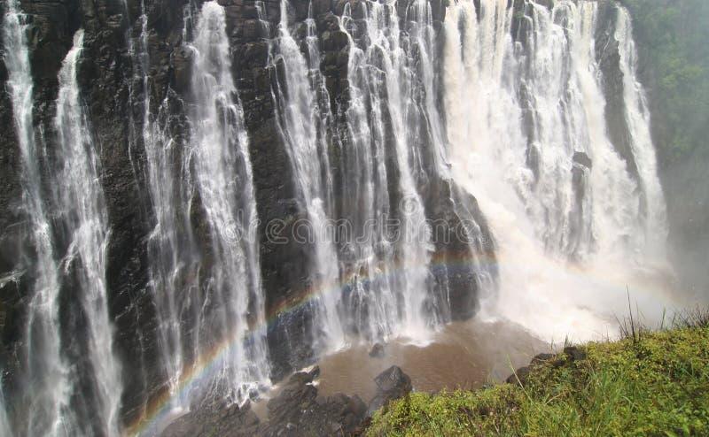Victoria Falls avec l'arc-en-ciel coloré images stock