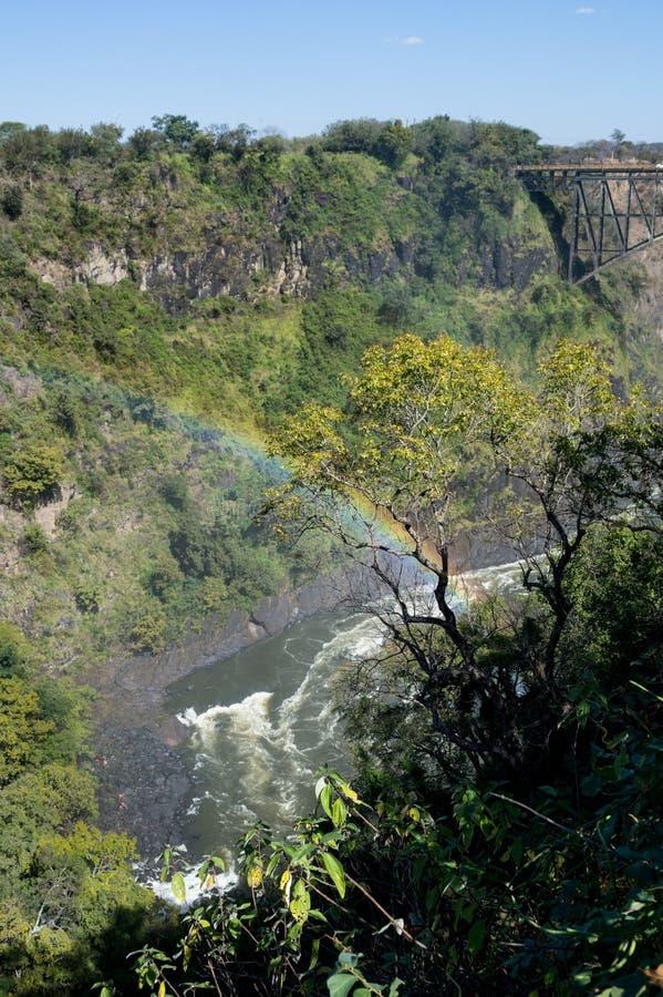 Victoria Falls Bridge entre a Zâmbia e o Zimbabwe com arco-íris, foto de stock royalty free